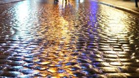 Nivelamento dos povos da chuva do asfalto vídeos de arquivo