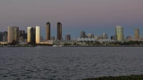 Nivelamento estabelecendo o tiro de San Diego Skyline vídeos de arquivo