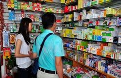 Nivelamento, NY: Compra do homem para medicinas chinesas Fotos de Stock Royalty Free