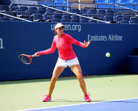 As práticas profissionais de Christina McHale do jogador de ténis para E.U. abrem Fotografia de Stock