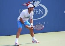 O jogador de ténis profissional Juan Monaco pratica para o rei Nacional Tênis Centro dos E.U. Openat Billie Jean Fotografia de Stock Royalty Free