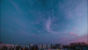 Nivelando as nuvens que afastam-se rapidamente, nuvens escuras de rolamento do por do sol - filmou profissionalmente timelaps do  vídeos de arquivo