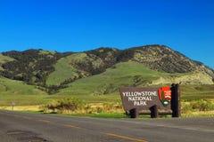 Nivelando a luz na entrada norte do parque nacional de Yellowstone, Montana imagens de stock royalty free