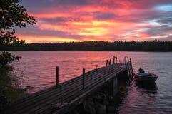 Nivelando o ambiente no golfe de Finlandia Barco e seagul no molhe foto de stock