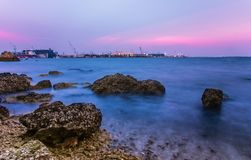 Nivelando o mar no rosa e no céu azul fotografia de stock