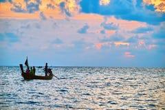 Nivelando o mar tropical ajardine com silhueta de um barco de pesca com povos Fotos de Stock