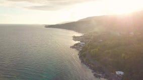 Nivelando o por do sol na montanha sobre a cidade tropical na paisagem aérea da costa de mar Luz solar dourada da opinião do zang filme