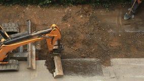 Nivelando o terreno de construção video estoque