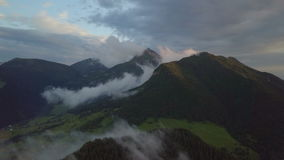 Nivelando o voo sobre a floresta enevoada nas montanhas video estoque