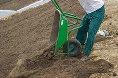 Nivelando a preparação do trabalho, do solo e de local para os gramados 2 fotografia de stock