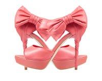 Nivelando sapatas cor-de-rosa com uma curva em um salto alto. colagem Imagens de Stock