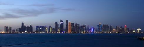 Nivelando a skyline de Doha, Catar fotografia de stock