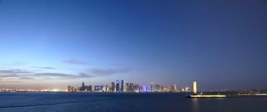 Nivelando a skyline de Doha, Catar foto de stock royalty free