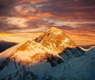 Nivelando a vista colorida de Monte Everest de Kala Patthar Imagens de Stock Royalty Free