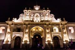 Nivelando a vista da catedral de San Jose no quadrado do prefeito da plaza na cidade da Guatemala de Antígua, Guatemal fotos de stock