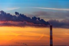 Nivelando a vista da tubulação da fábrica, emissões do fumo na atmosfera da cidade imagem de stock royalty free