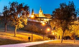 Nivelando a vista do castelo de Praga iluminado, Prazsky Hrad, dos jardins de Petrin, Praga República checa foto de stock