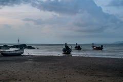 Nivelar a ?gua do mar da praia reduz a areia imagens de stock