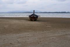 Nivelar a ?gua do mar da praia reduz a areia fotografia de stock royalty free