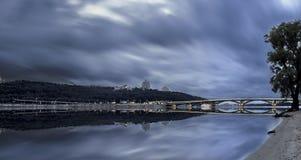 Nivelar para baixo na cidade leva uma nuvem s Fotografia de Stock