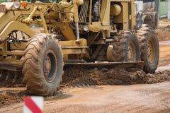 niveleuse de route au travail sur le site de construction de routes Image libre de droits
