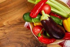 Żniwo świezi warzywa i zielenie na deskach, odgórny widok Obrazy Stock