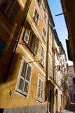 Niza calle estrecha típica Imagen de archivo libre de regalías