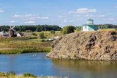 Nizhnaya Sinyachikha, Russland - 24. August 2016: Alexander Nevsky-` s Rundbaukapelle auf Felsen über Sinychikha-Fluss E Stockfotos