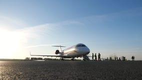 Nizhnekamsk, Россия, 25-05-2019: Штат подготавливая самолет к полету в авиаполе акции видеоматериалы