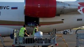 Nizhnekamsk, Rusia, 25-05-2019: Los porteros cargan el equipaje en el avión antes de salida almacen de video