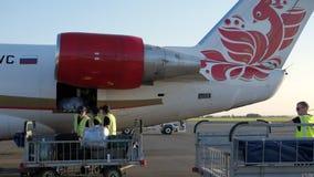 Nizhnekamsk, Rusia, 25-05-2019: Los porteros cargan el equipaje en el avión antes de salida metrajes
