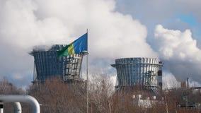 NIZHNEKAMSK, RUSSIE - mars 2018 : tuyaux de grand produit chimique et centrale avec des émissions, drapeau de la ville dans clips vidéos