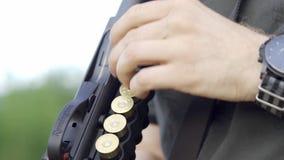 Nizhnevartovsk, Россия - 1-ое июля 2019: Руки людей поручают корокоствольное оружие Remington Медленный mo r видеоматериал