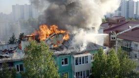 Nizhnevartovsk, Rusia - 1 de julio de 2019: los bomberos extinguen un fuego en el tejado de un edificio alto residencial imagen de archivo