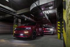 Nizhnevartovsk, Rusland - Augustus 24, 2016: Twee Jeep Grand Cherokee SRT stock fotografie