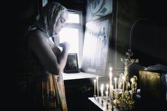 NIZHNIJ NOVGOROD RUSSIA - agosto 2017 - culto ortodosso di fede immagine stock libera da diritti