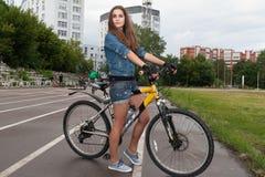 NIZHNIY NOVGOROD ROSJA, LIPIEC, - 21, 2012: Atrakcyjna dziewczyna ubierająca Obraz Stock