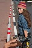 NIZHNIY NOVGOROD ROSJA, LIPIEC, - 21, 2012: Dziewczyna w dzianina kapeluszu sittin Fotografia Royalty Free