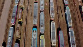 Nizhniy Novgorod, 17 Rusland-April, 2019: tramdepo met vele oude trams stock footage