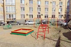 Nizhny Novgorod俄国 - 4月10日 2017年 一个小操场在沿马来半岛Yamskaya街50的庭院里 免版税库存图片