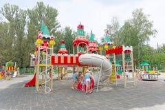 Nizhny Novgorod俄国 - 8月03日 2016年 儿童操场比赛复合体在公园瑞士 库存照片