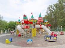 Nizhny Novgorod俄国 - 8月03日 2016年 儿童操场比赛复合体在公园瑞士 免版税库存图片