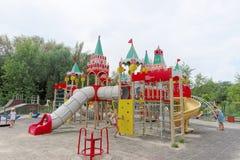Nizhny Novgorod俄国 - 8月03日 2016年 儿童操场比赛复合体在公园瑞士 免版税库存照片