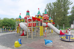 Nizhny Novgorod俄国 - 8月03日 2016年 儿童操场比赛复合体在公园瑞士 图库摄影