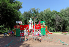 Nizhny Novgorod俄国 - 8月01日 2016年 儿童操场比赛复合体在Kulibina公园-被串起的绳索的运动器材 库存图片