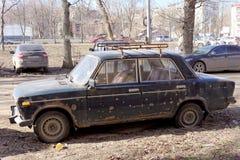 Nizhny Novgorod俄国 - 4月10日 2017年 在克鲁普斯卡娅街上的老被放弃的生锈的汽车 免版税库存图片