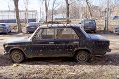 Nizhny Novgorod俄国 - 4月10日 2017年 在克鲁普斯卡娅街上的老被放弃的生锈的汽车 库存图片