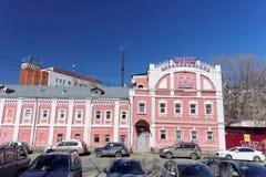 Nizhny Novgorod俄国 - 4月07日 2016年 在街道Kovalikhinskaya上的公开浴 免版税图库摄影