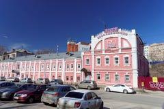 Nizhny Novgorod俄国 - 4月07日 2016年 在街道Kovalikhinskaya上的公开浴 库存照片