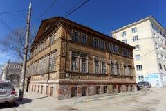Nizhny Novgorod俄国 - 4月07日 2016年 在街道Kovalikhinskaya, 28上的住宅木二层楼的房子 免版税图库摄影